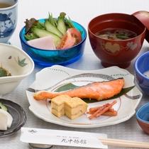 ★ご朝食には地元の食材を使用した和定食をどうぞ