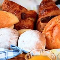 【朝食】焼きたてパンとワンプレート