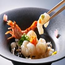 モサエビ丼は刺身・炙り・湯引きの3種の味が楽しめます