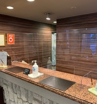 フロントカウンターにはアクリル板の透明なパーテーションを設置し、感染拡大を防いでおります。