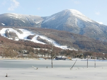 女神湖から見た蓼科山と白樺高原国際スキー場