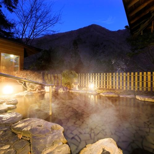 幻想的な趣があふれる夜の露天風呂