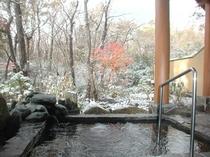 初雪の露天風呂
