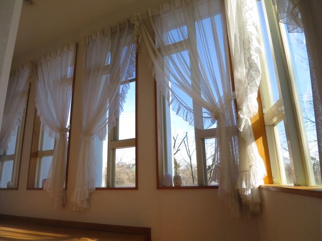 周り廊下からの窓