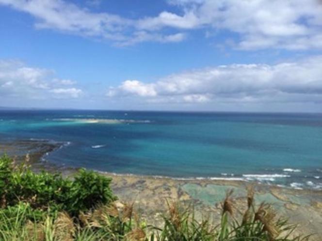 島の東側 水平線にうっすら見える久高島