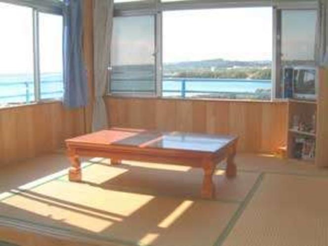 部屋一例、満潮と8月~10月のコバルトブルーの海だとこうなります