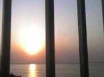 島の東側から昇る朝日