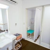 【ツインU】バリアフリー客室です。車椅子の方も安心して移動できる家具の配置です。