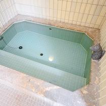 【大浴場(女湯)】少し小さめの浴槽ですが、自慢の温泉をお楽しみください。