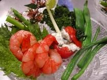 夕食イメージ ある日の前菜 トマトのファルシと茹で野菜のカクテル風
