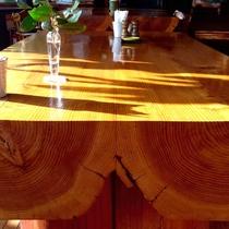 【館内施設・ダイニングホール】無垢の木のテーブルでゆったりお食事
