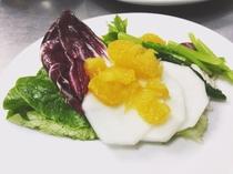 夕食イメージ 小さなサラダ