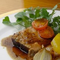 夕食イメージ ある日のメイン オーナーのチーフ時代からの得意料理 ガーリックローストポーク