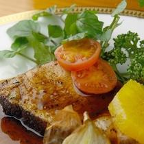 【夕食・メインディッシュ】お酒がすすむ オーナー特製ガーリックローストポーク