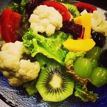朝食イメージ 冬のtossed salad 地物のレタスやカリフラワーなど