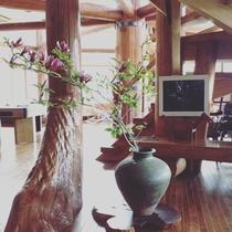【館内施設・1階】玄関ホール 季節ごと庭の花を生け花に