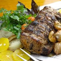夕食イメージ オーナーの定番料理のひとつ お肉とハーブの旨みが凝縮 ガーリックローストポーク