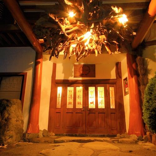【玄関】エントランス 夜 シャンデリアは楠の根