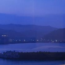 ◇水面に揺れる港の光…(夜)