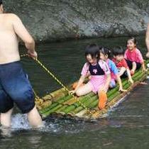 【いかだ遊び】自分たちでいかだを作って川で遊びます