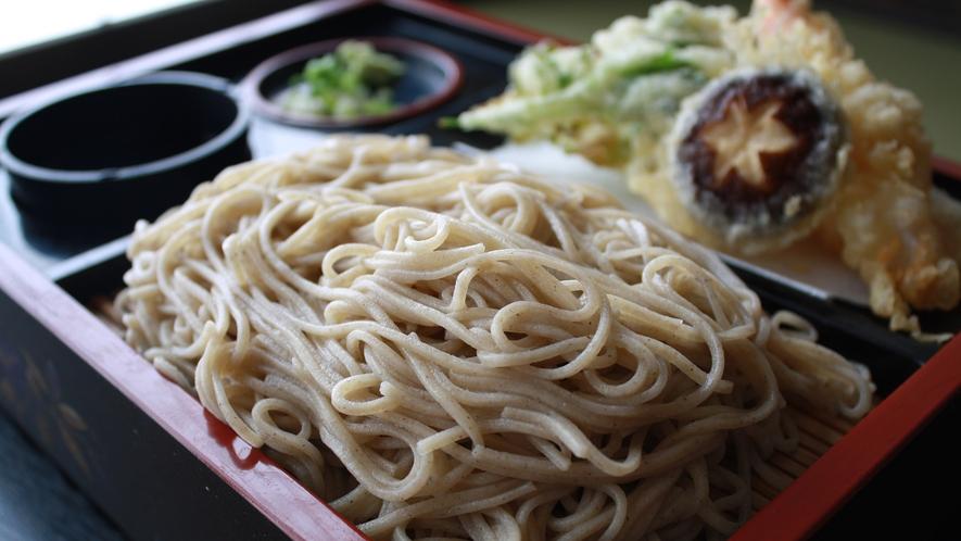 *【お料理一例】のど越しがいい手打ちそばと天ぷらの組み合わせは食欲をそそる一品