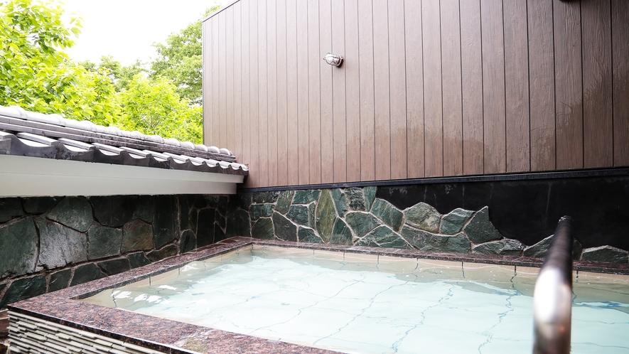 *【岩肌露天風呂】大自然に囲まれた和風の露天風呂。ゆっくりと足を伸ばしていただけます。