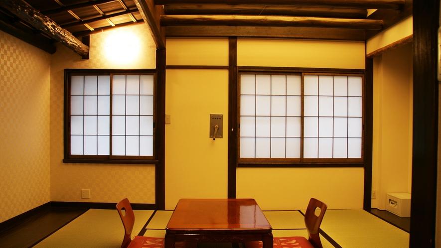 *【和室8畳】天井や梁など昔ながらの雰囲気が残る和室
