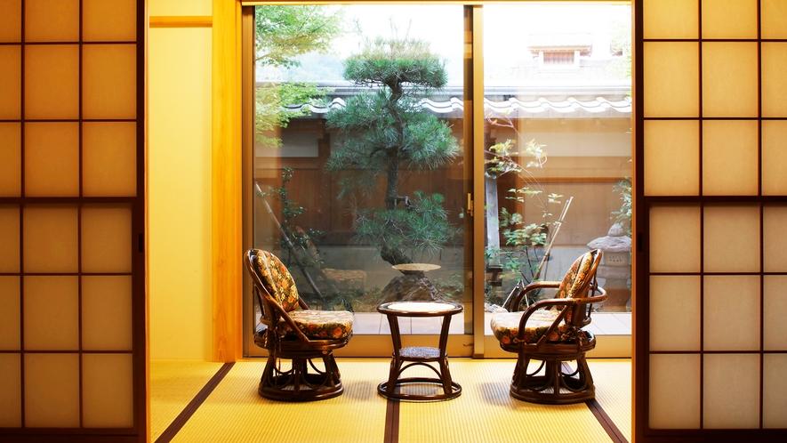 *【和室15畳】庭園を眺めながらゆっくりとした時間を過ごせる和室。