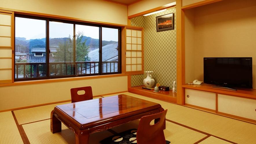 *【和室10畳】里山の風景が広がるゆったりとした和室。