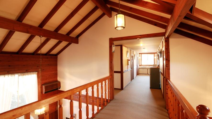 ◆天井が高く開放感のある空間です♪ペンションの木のぬくもりを体感してみてくださいね!