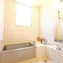 白いタイル張りのお風呂です。旅の疲れを癒してください♪