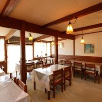 お食事はこちらのダイニングスペースで。ペンダントライトがかわいい木造の空間です!