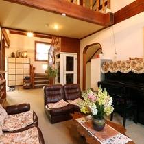 憩いの場のロビーは、ピアノもあります!アンティークな雰囲気の家具がお出迎えします。