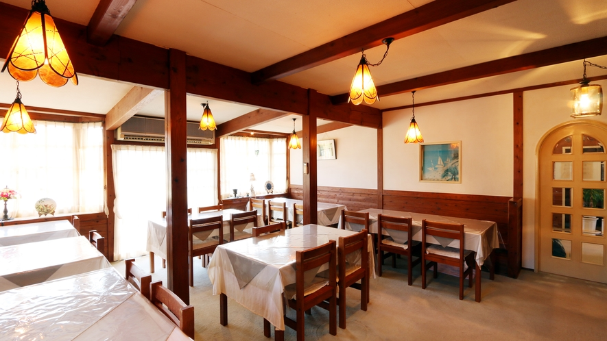 ◆ダイニング  お食事はこちらのダイニングスペースで。ペンダントライトがかわいい木造の空間です!