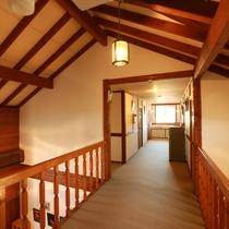 天井が高く開放感のある空間です♪ペンションの木のぬくもりを体感してみてくださいね!