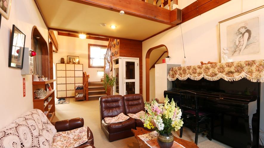 ◆憩いの場のロビーは、ピアノもあります!アンティークな雰囲気の家具がお出迎えします。
