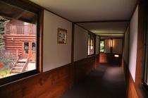 ログハウスへの廊下