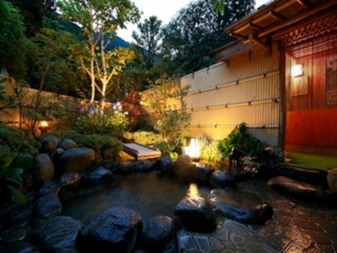木々に囲まれた庭園露天風呂(夜)