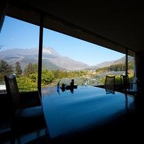 レストラン「吾亦紅(われもこう)」。大きな窓からは由布院の景色を一望いただけます。