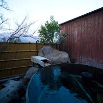 【家族風呂 吟情の湯】大きな酒樽に浸かりながら、安らぎのひとときを過ごす贅沢。