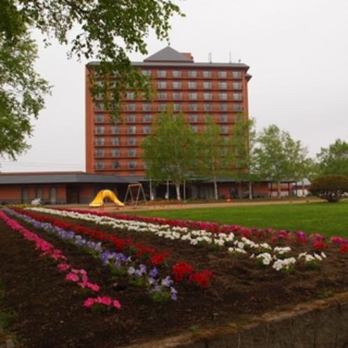 ホテルの目前には公園があります
