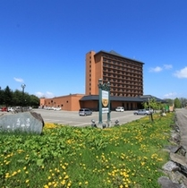 ホテル全景と駐車場(200台無料)