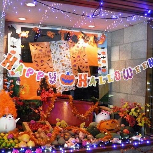 10月はレストランウィンドーにもハロウィン飾り