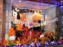 レストラン入口ショウケースのハロウィン装飾。