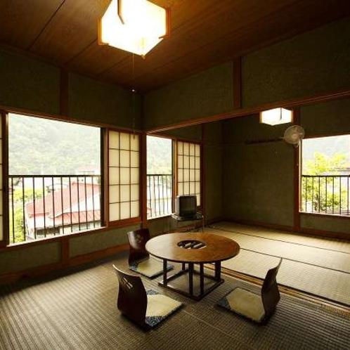 和室10~12畳。3名様からご利用可能です。窓からはのどかな風景が…♪