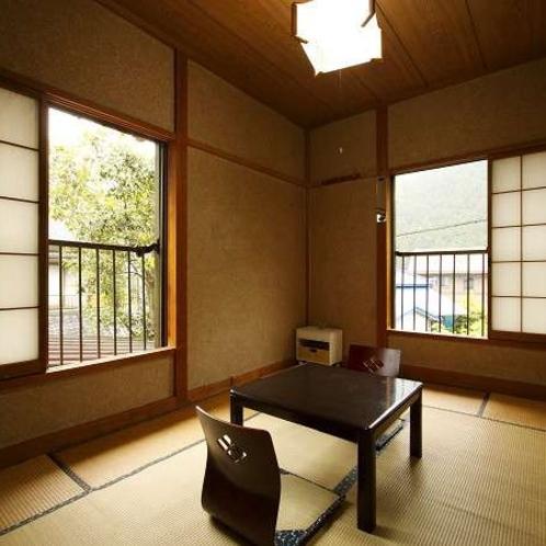 和室6畳。2名様までご利用可能です。窓からはのどかな風景が…♪
