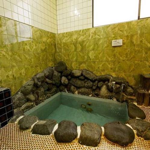 お風呂です♪温泉ではありません。家族風呂としてご利用いただけますので、お問い合わせ下さい♪