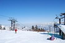 かぐらメインゲレンデ山頂からは、晴れた日は湯沢町が一望できます。