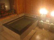 男性用のお風呂です。冷えた体を温めて疲れを取ってくださいね。