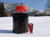 数少ない山の恵みを数年寝かせてブレンドした雪景色の似合う飲み物です。宿オリジナルの味を楽しんでみて下